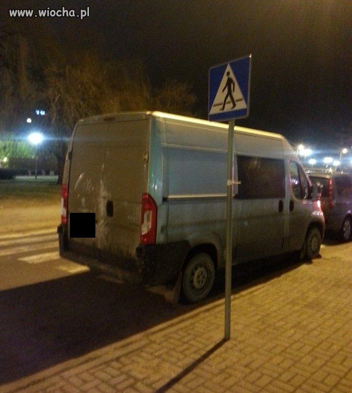Tak się parkuje na przejściu w centrum Gdyni
