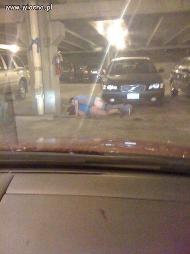 A tymczasem w podziemnym parkingu ...