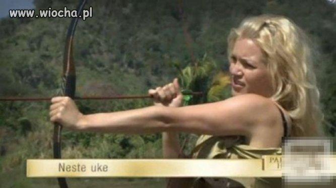 Blondynka strzelająca z łuku