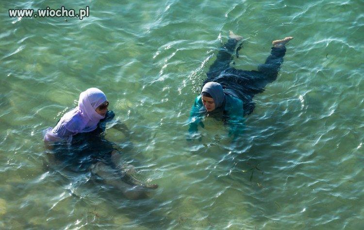 Muzułmańskie laski podczas kąpieli