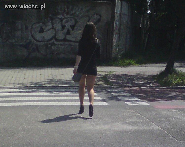 Gimnazjalistka z Katowic idzie do szkoły
