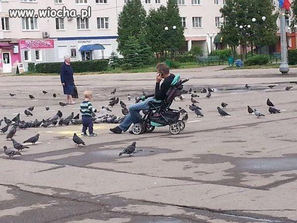 Synek z tatusiem na spacerze