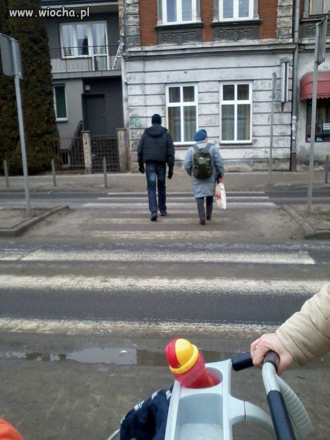 Babcia odbiera swego 17-letniego wnusia ze szkoły