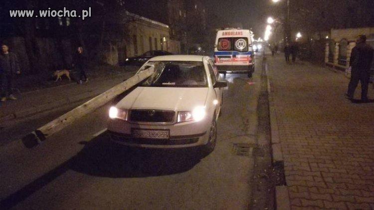 Imbecyle bez wyobraźni rzucili belką w jadące auto