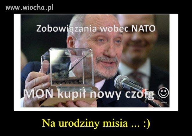 Rozwala polską armię ale dla d*polizów ma zabawki