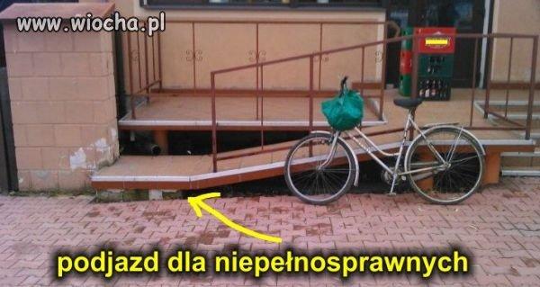 Podjazd dla niepełnosprawnych.