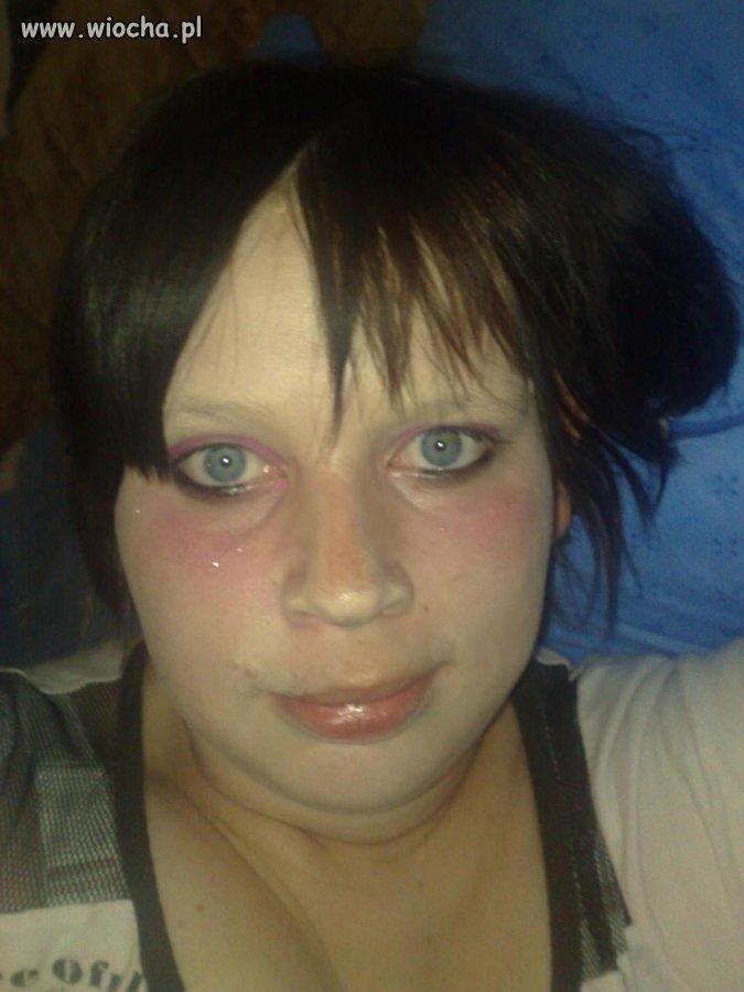Stylowy makijaż połączony z modną fryzurą ..