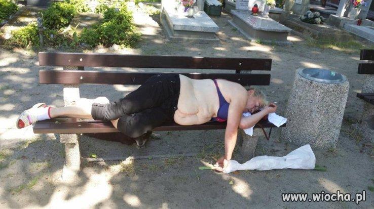 Relaks na cmentarzu.