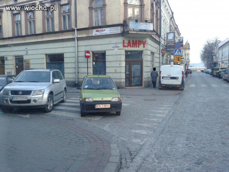 A samochód zaparkuję tak...