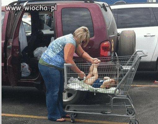 Mamu�ka wyciera ty�eczek dziecku.