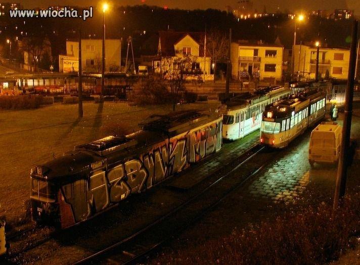 Nocą wymazali spray-em cały tramwaj