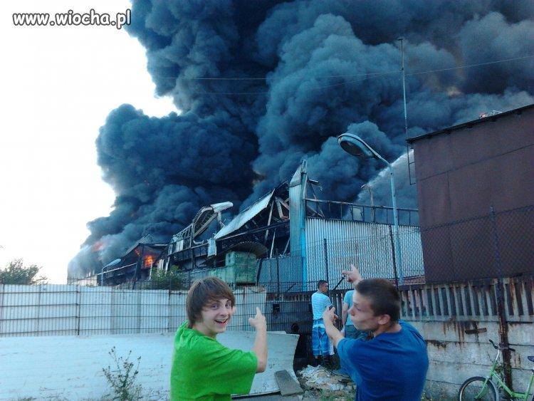 Palący się budynek