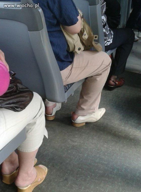 Pół buty Polska moda w autobusie nr 19