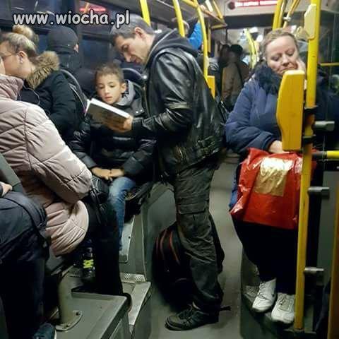 Wsiadam do autobusu, a tu ojciec czyta synkowi na głos