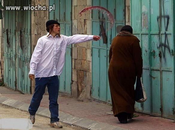 Żyd oblewa winem Palestynkę