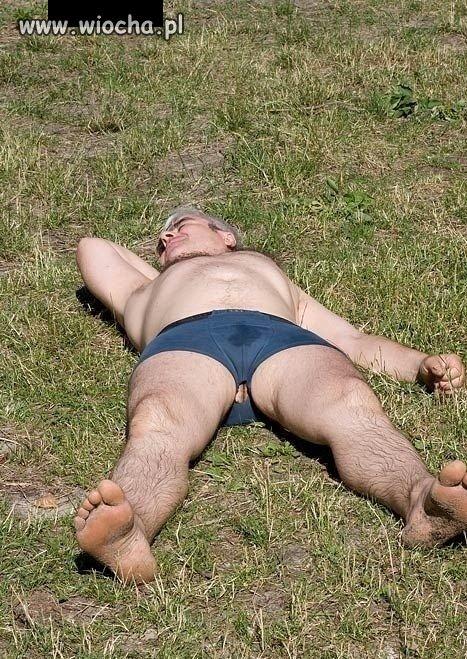 Latem na trawie w majtach