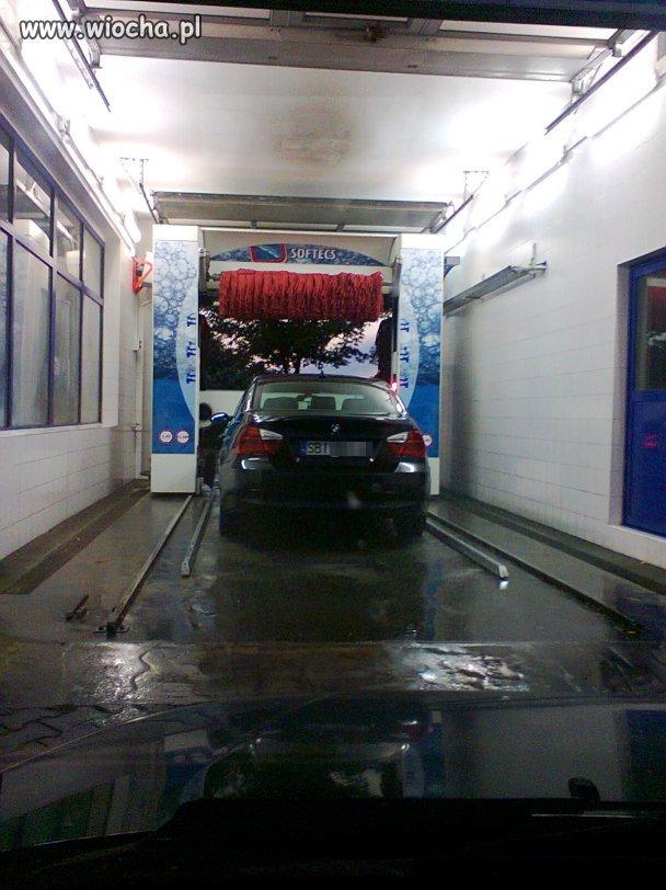 Burak w BMW omin�� kolejk�