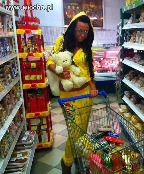 Żółty plasticzek na zakupach