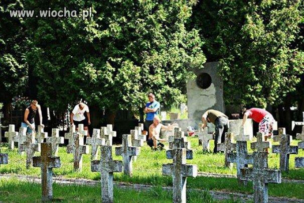 Kibice porządkują cmentarz polskich żołnierzy