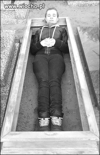 Byly foty na cmentarzu przy nagrobkach itp.