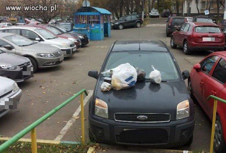 Idiota zastawił całe wejście...Karne śmieci...