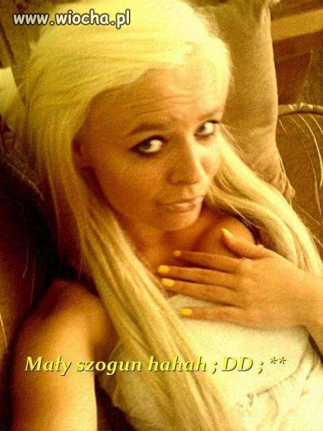 Blond, tapeta, cmok i jest lans. Tak wygląda 16 latka