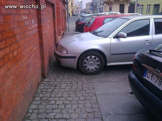 Mistrz parkowania na chodniku... Toruński PAJAC