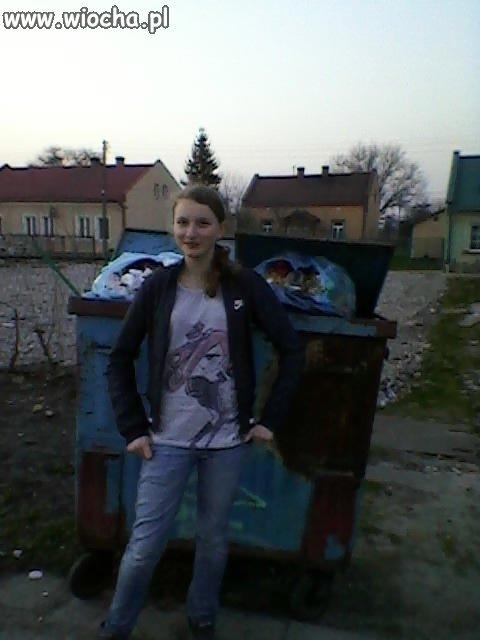 Nie ma to jak zdjęcie na tle kontenera na śmieci