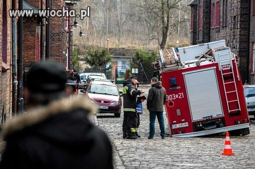 Zapadła się droga pod wozem strażackim