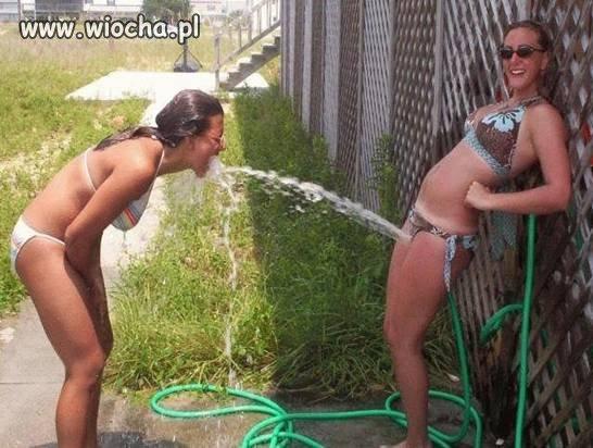 Rozrywkowe dziewczyny i ich zabawa.