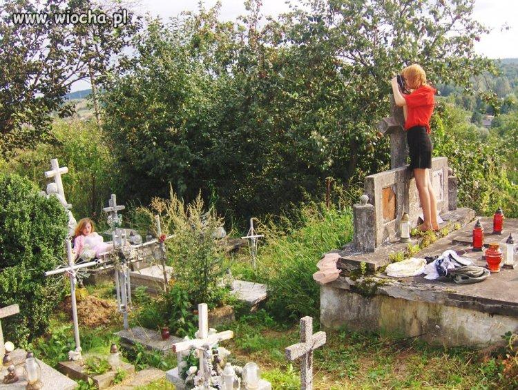 Na cmentarzu. żałosne