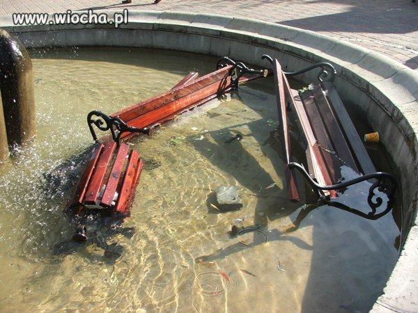 Ławki w fontannie czyli wandale w akcji