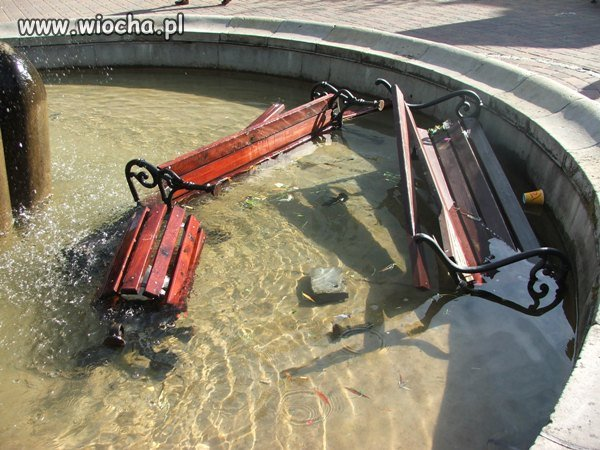 �awki w fontannie czyli wandale w akcji