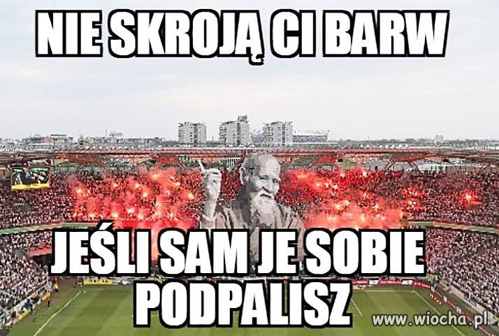Kibice Wisły Kraków spalili własne flagi!