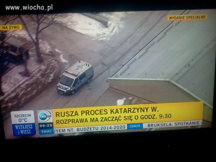Tvn24 relacjonuje live drogę Waśniewskiej do sądu.