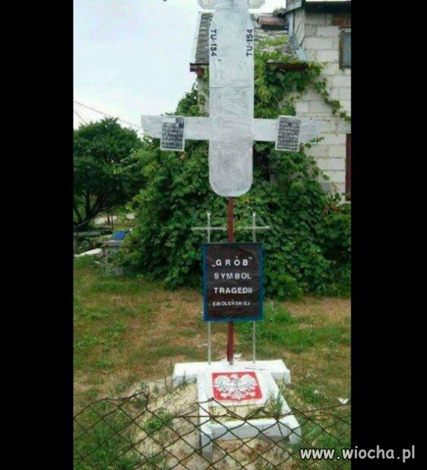 Grób symbol tragedii smoleńskiej