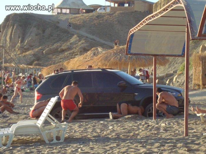 Chłopaki zadali lansu na plaży