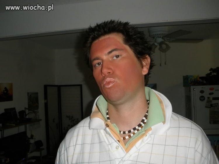 Dzióbasek z perfekcyjną opalenizną i makijażem
