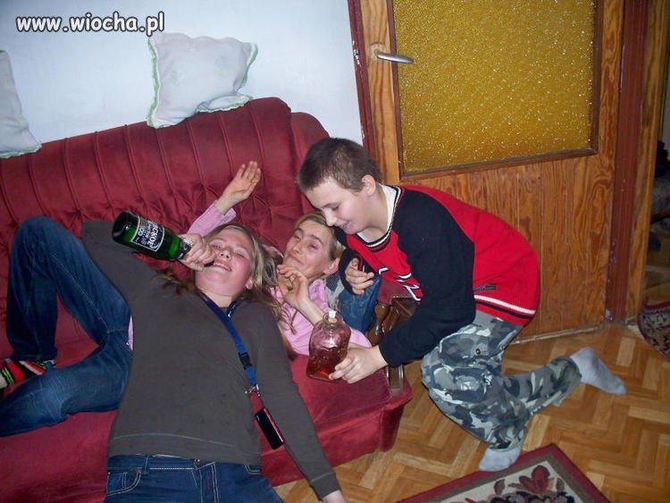 """Opis pod zdjęciem: """"popijawa w rodzinnym gronie"""""""