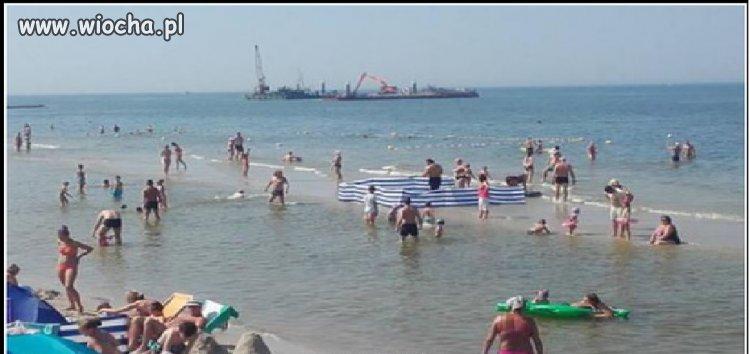 Stawianie parawanów nad morzem