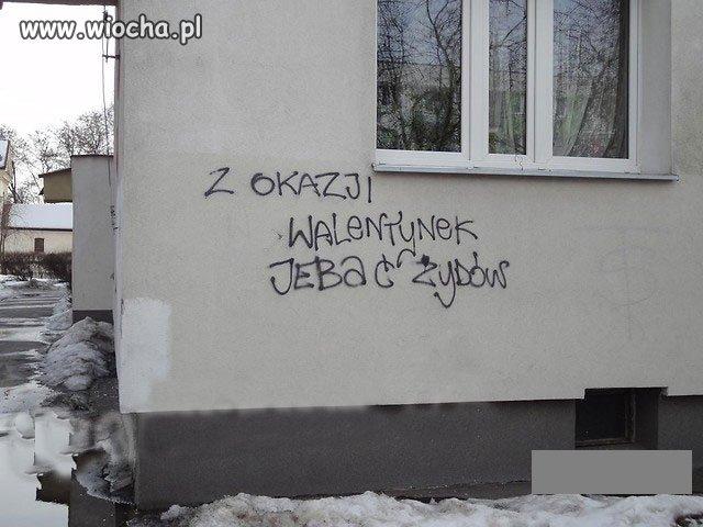 Mało inteligentny napis na ścianie...