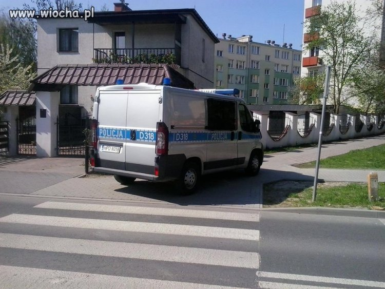 Policja w moim mieście parkuje tak!