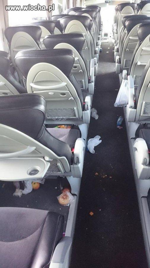 Firma daje wysokiej klasy autobus na wyjazd dla dzieci a te