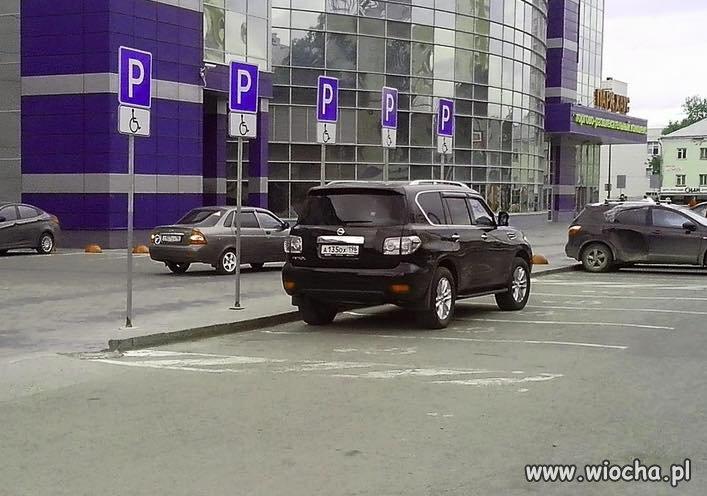 To dopiero mistrz parkowania.