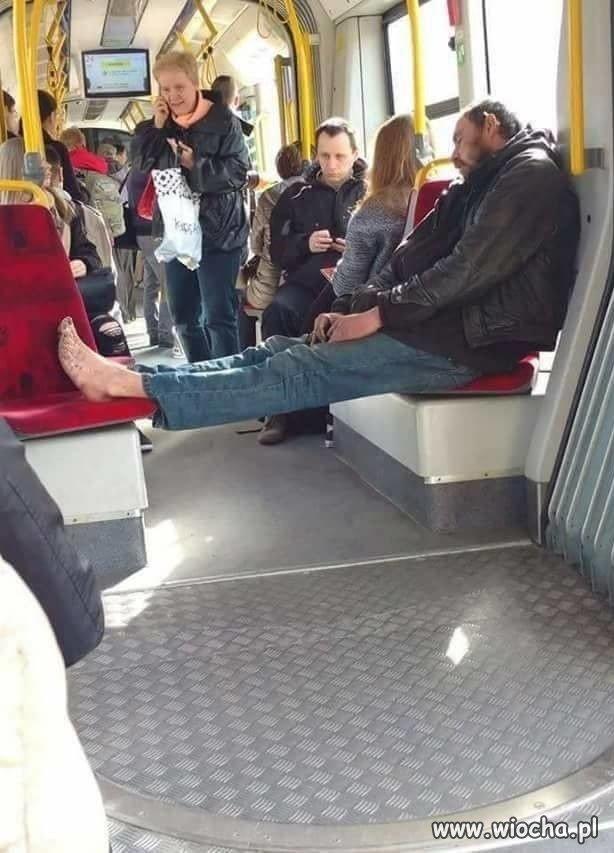 Żul jedzie tramwajem a tramwaj żulem