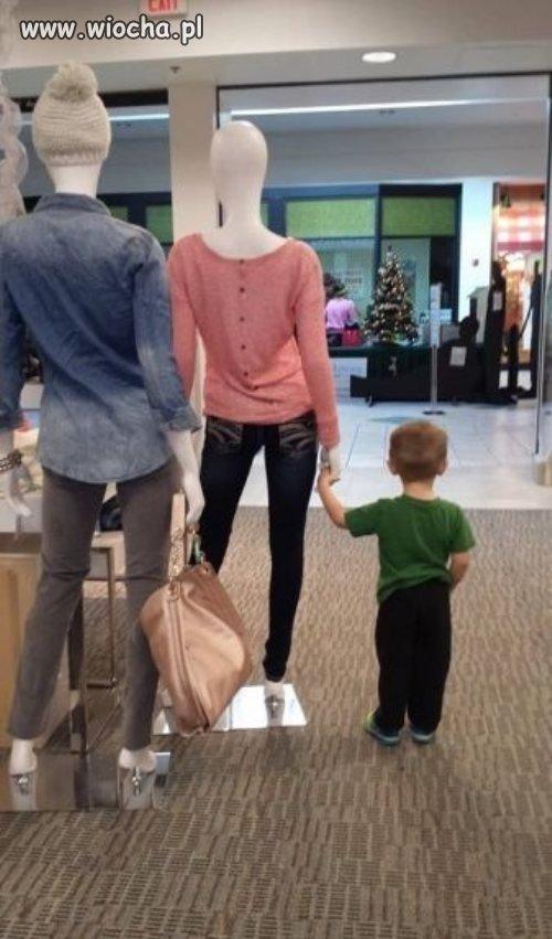 Poczekaj synku ko�o tej pani