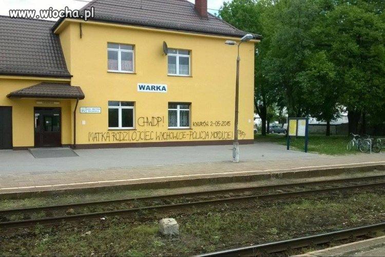 Świeżo odmalowana stacja PKP w Warce.