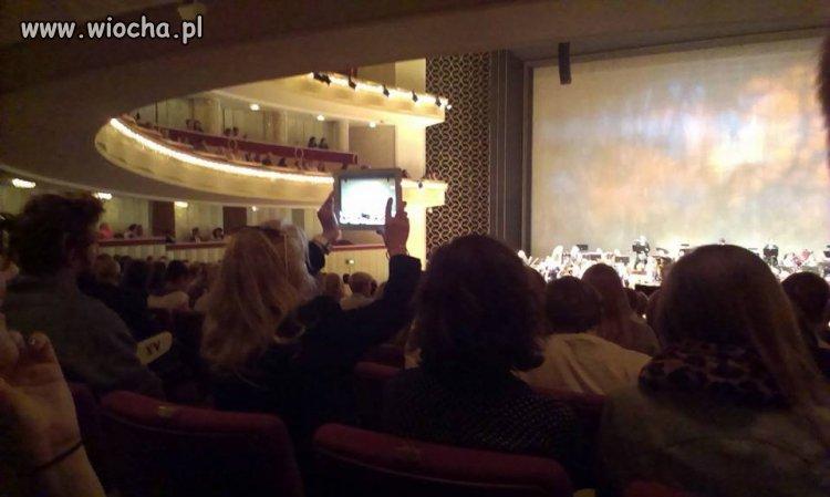 Z tabletem w Operze Narodowej