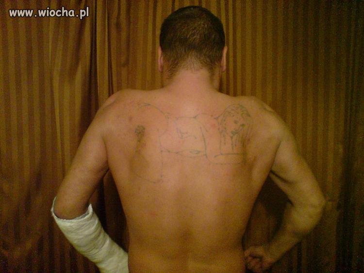 30-letni facet z tatuażem