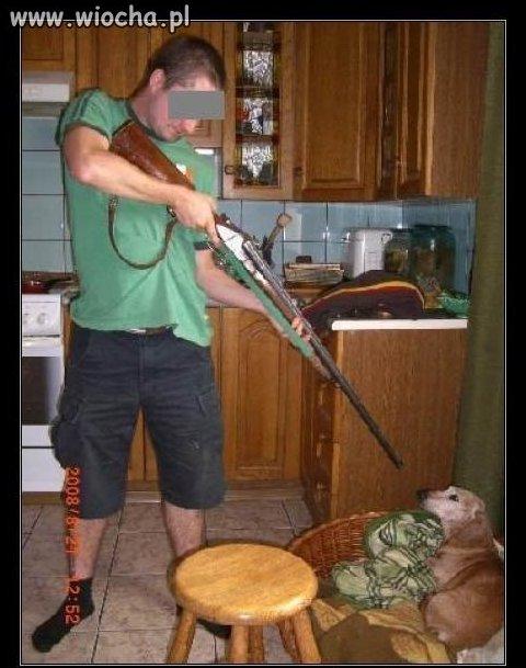 Poj...b celujący do psa.
